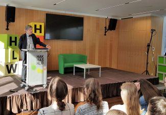 2018-19 Der ORF-Journalist Friedrich Orter hielt einen Vortrag an der HAK/HAS und HLW Landeck
